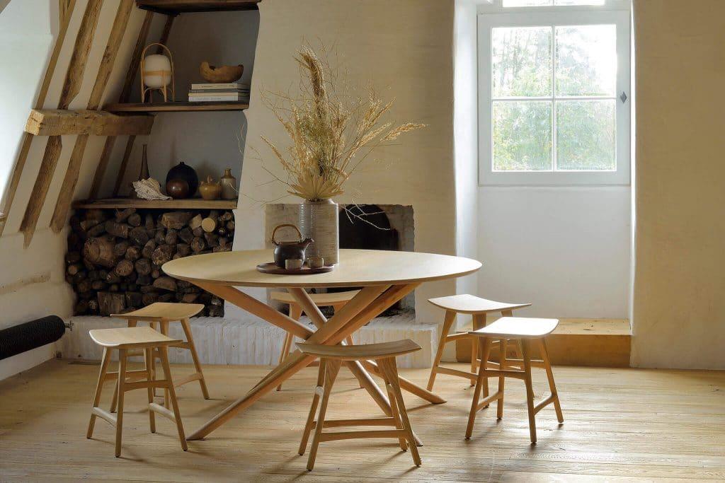 Décoration du salon avec une table à manger BOK en chêne par Ethnicraft